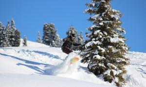 Gerlos_Robert Vater Sprung mit Snowboard Tiefschnee